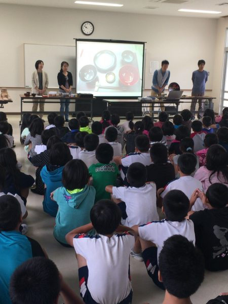 名護市立東江小学校    漆の出前授業1日目の写真1
