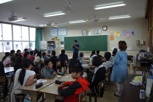 名護市立東江小学校 漆の出前授業2日目の写真1